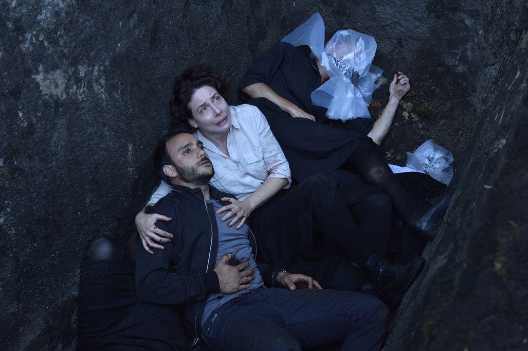Sind sie dem Tode geweiht? Amani (Omid Abtahi, l.) und Schwester Greta (Robin Weigert, r.) ... - Bildquelle: Ben Mark Holzberg 2016 A&E Television Network, LLC. All rights reserved.