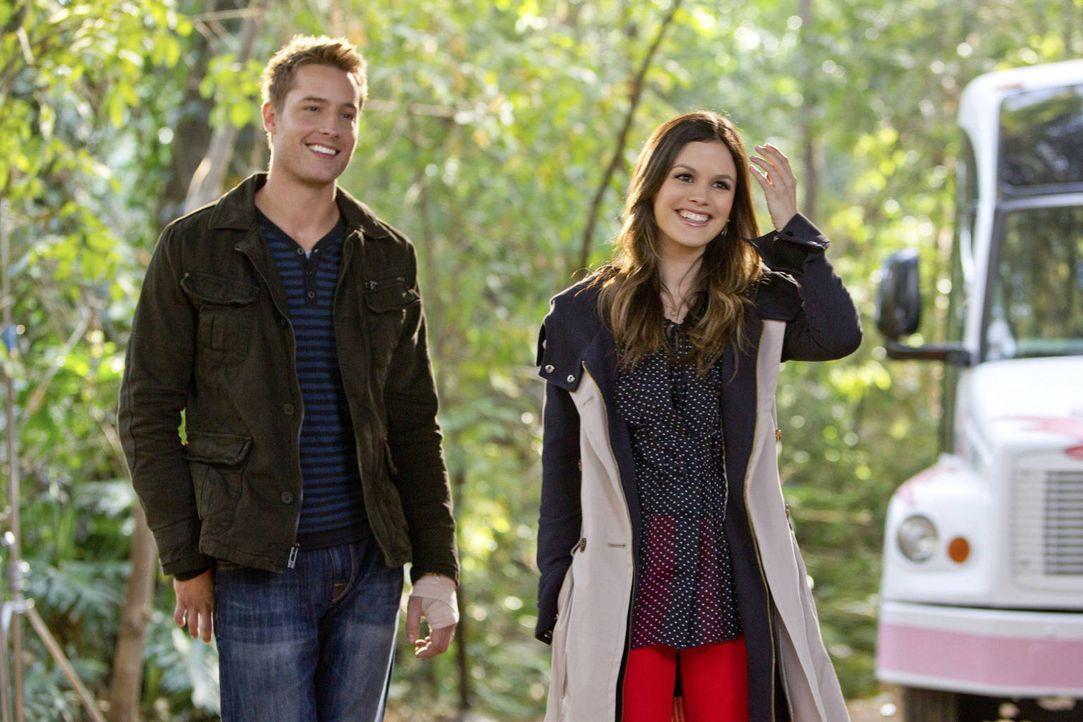 Als Zoe (Rachel Bilson, r.) einem Essen mit Jesse (Justin Hartley, l.) zustimmt, weiß sie noch nicht, wer er wirklich ist ... - Bildquelle: Warner Bros.