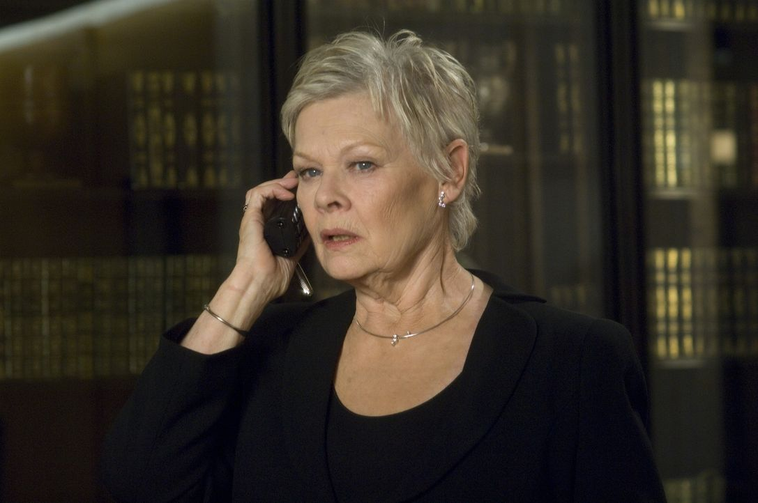 Hat eine neue Mission für James Bond: M (Judi Dench) ... - Bildquelle: 2006 DANJAQ, LLC, UNITED ARTISTS CORPORATION AND COLUMBIA PICTURES INDUSTRIES, INC. ALL RIGHTS RESERVED.