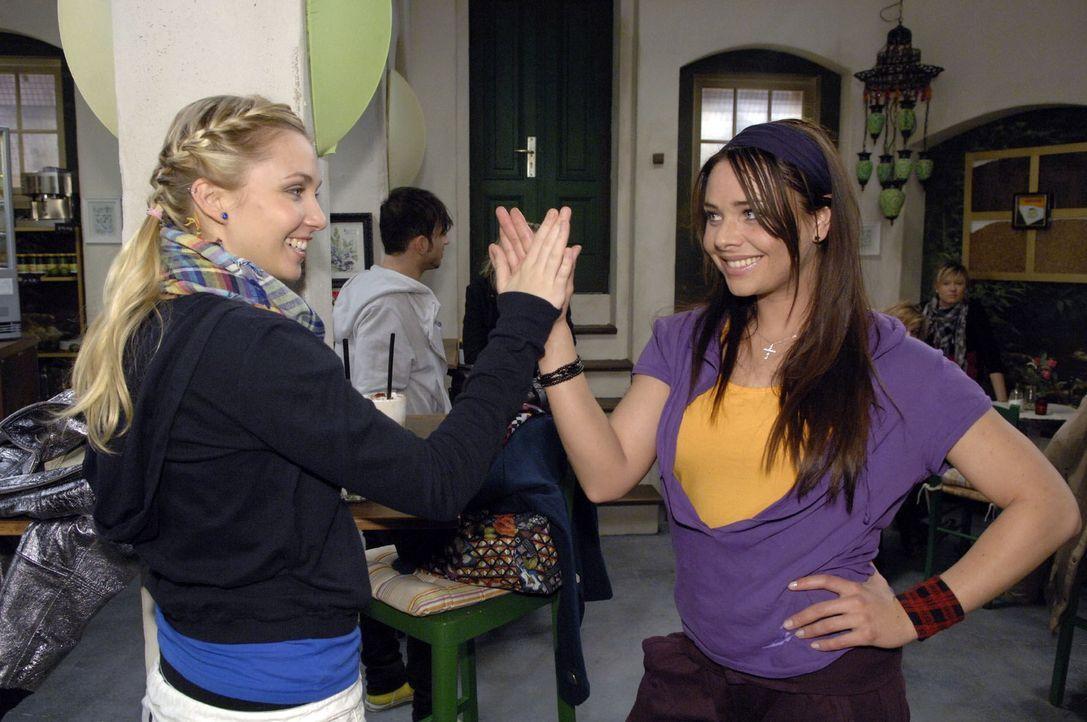 Lily (Jil Funke, l.) ist begeistert, dass Paloma (Maja Maneiro, r.) Armin die Meinung gesagt hat. - Bildquelle: Claudius Pflug Sat.1