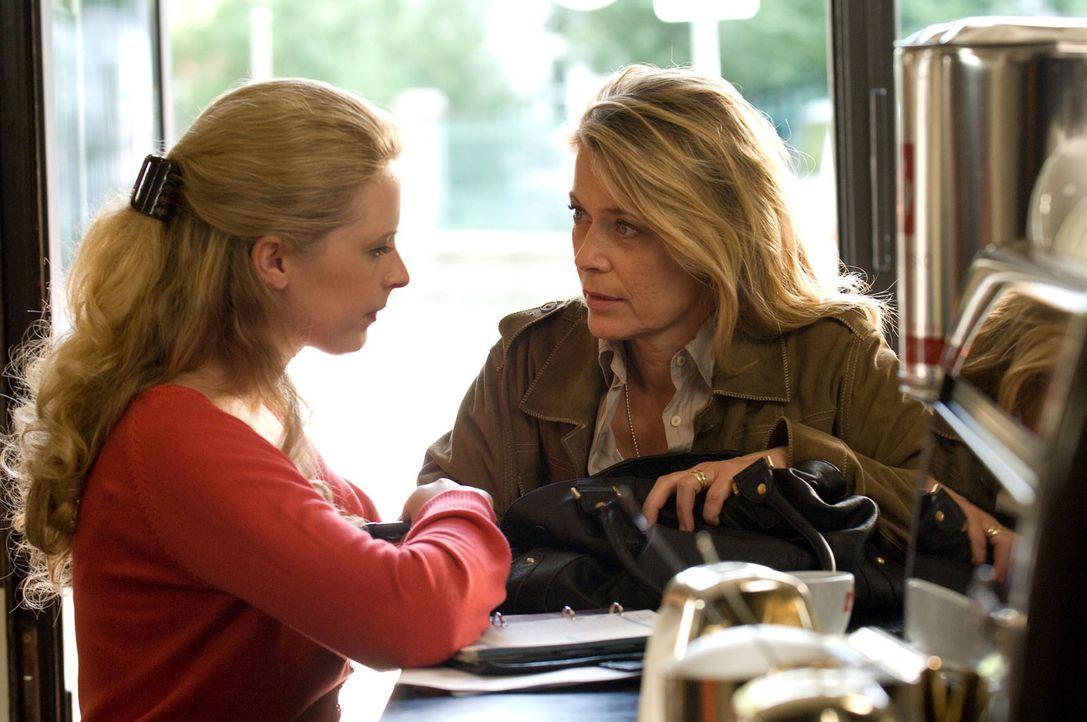 Nach dem Erhalt eines mysteriösen Fotos befürchtet Christiane (Barbara Rudnik, r.), dass Greta (Diana Amft, l.) in Gefahr ist. Doch die tut die Warn... - Bildquelle: Willi Weber Sat.1