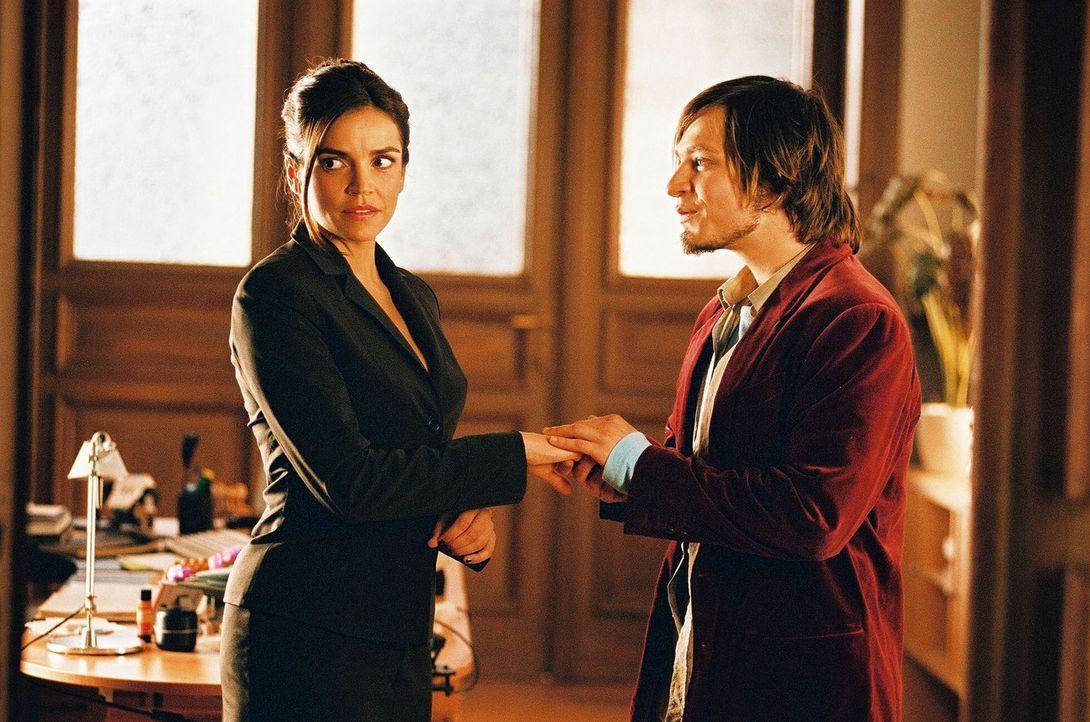 Alexander (Tim Sander, r.) schwärmt jetzt für Sandra (Rebecca Immanuel, l.). Die findet das gar nicht lustig ... - Bildquelle: Hardy Spitz Sat.1