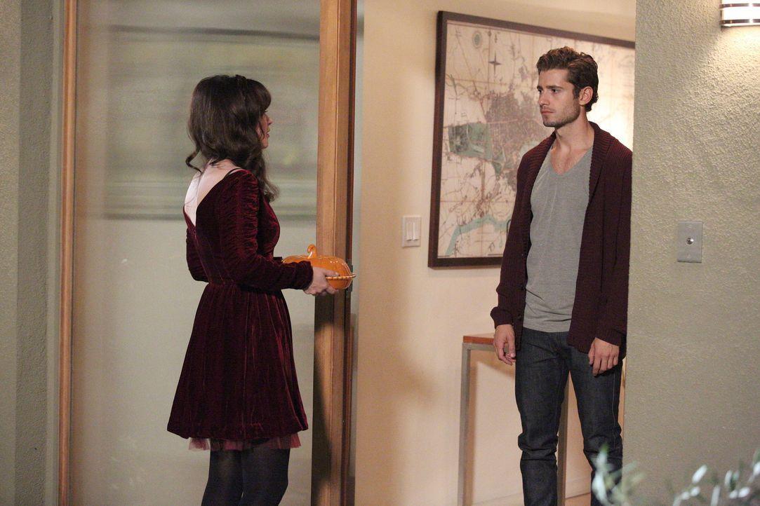 Jess (Zooey Deschanel, l.) ist überrascht, als Ryan (Julian Morris, r.) plötzlich vor der Tür steht ... - Bildquelle: 2014 Twentieth Century Fox Film Corporation. All rights reserved.