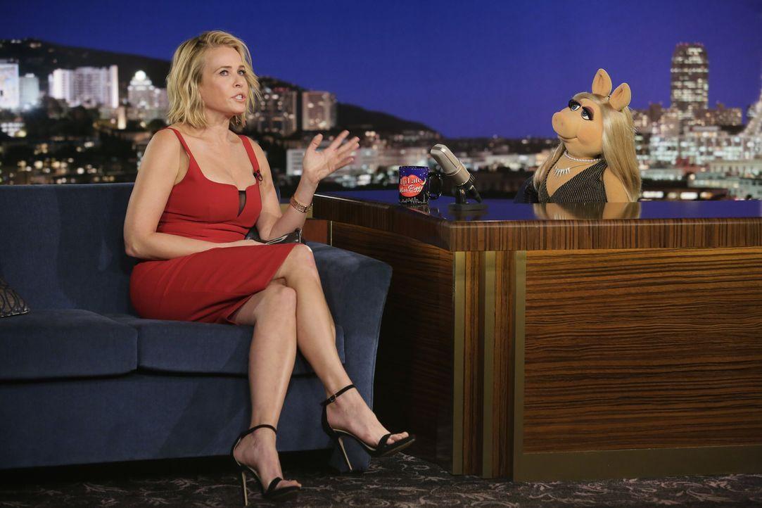 """Die Schauspielerin Chelsea Handler (l.) ist zu Gast in Miss Piggys (r.) Show """"Up Late with Miss Piggy"""". - Bildquelle: Nicole Wilder ABC Studios"""