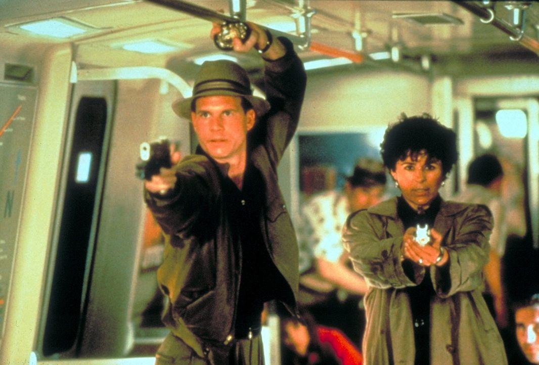 Auf der Jagd nach einem besonders bösartigen Killer: FBI-Agent Keyes (Gary Busey, l.) und die Polizistin Leona (Maria Conchita Alonso, r.) ... - Bildquelle: 1990 Twentieth Century Fox Film Corporation.