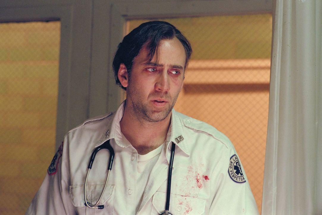 Als der New Yorker Sanitäter Frank Pierce (Nicolas Cage) mit den ständigen Visionen, in denen ihm die Geister der Menschen erscheinen, deren Leben e... - Bildquelle: Paramount Pictures and Touchstone Pictures
