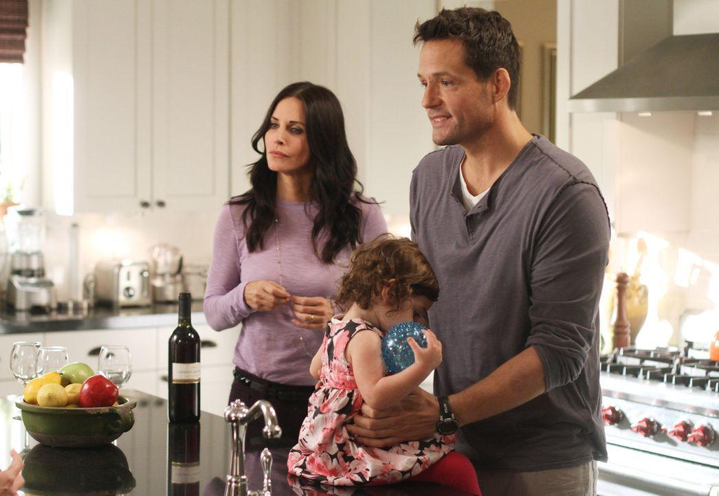 Der frischgebackene Vater Grayson (Josh Hopkins, r.) glaubt, Jules (Courteney Cox, l.) Ratschläge geben zu können, wie man sich als Eltern verhält. - Bildquelle: 2011 American Broadcasting Companies, Inc. All rights reserved.