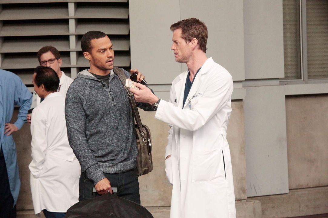 Während sich Jackson (Jesse Williams, l.) und die anderen Assistenzärzte auf dem Weg nach San Francisco zu ihren mündlichen Prüfungen machen, versuc... - Bildquelle: Touchstone Television