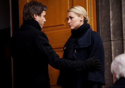 Julian steht Alexandra bei der Trauerfeier für ihre Schwester bei ... - Bildquelle: David Saretzki - Sat1