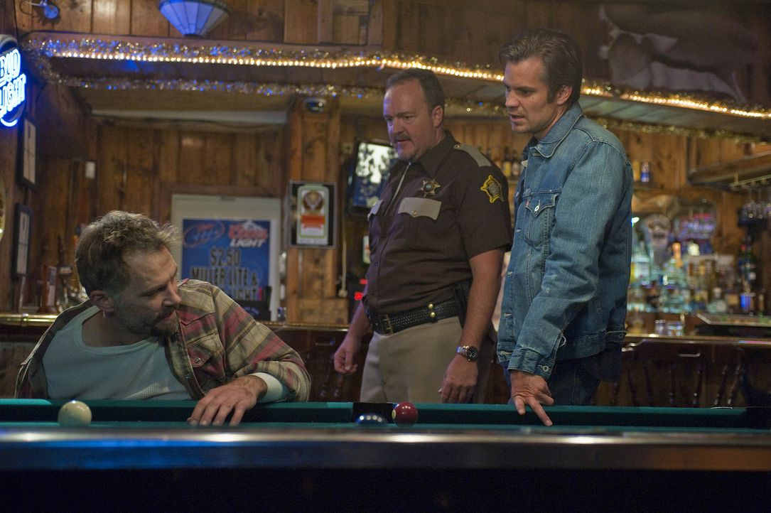 Fühlen Johnny Crowder (David Meunier, l.) auf den Zahn: Sheriff Hunter Mosley (Brent Sexton, M.) und Raylan Givens (Timothy Olyphant, r.) - Bildquelle: 2010 Sony Pictures Television Inc. and Bluebush Productions, LLC. All Rights Reserved.