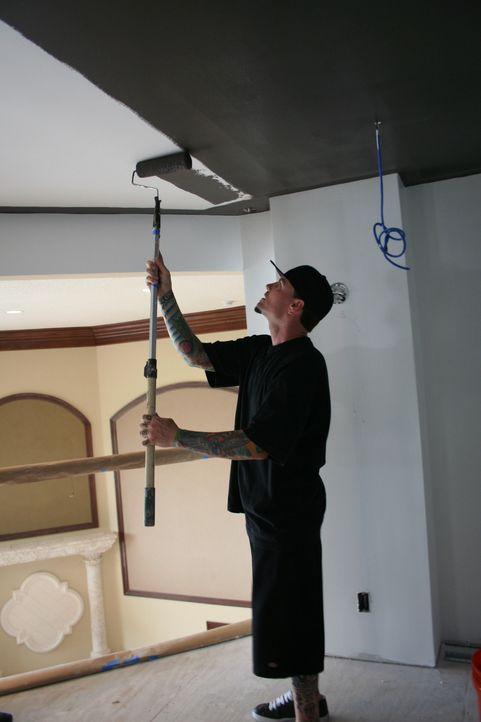 Als Rob alias Vanilla Ice und sein Team hinter Wänden einen weiteren Raum im Obergeschoss entdecken, ahnen sie noch nicht, welche Probleme dieser ih... - Bildquelle: 2010, DIY Network/Scripps Networks, LLC.  All Rights Reserved