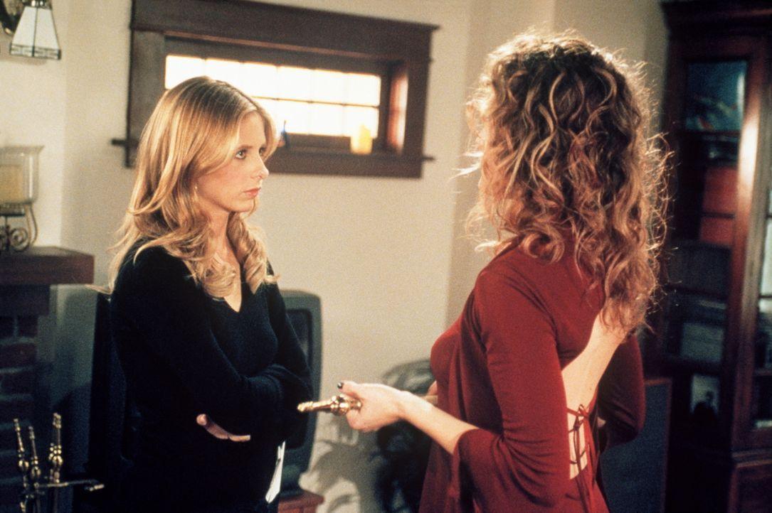 Zuhause erhält Buffy (Sarah Michelle Gellar, l.) unverhofft Besuch von Glory (Clare Kramer). - Bildquelle: TM +   2000 Twentieth Century Fox Film Corporation. All Rights Reserved.
