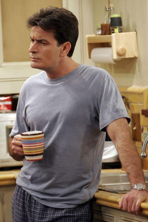 Charlie (Charlie Sheen) hat einen besonderen Grund, um zu der Beerdigung zu gehen ... - Bildquelle: Warner Bros. Television
