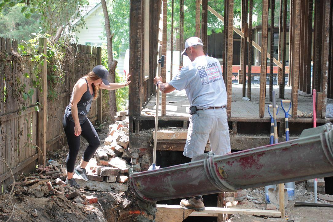 Das alte, verfallene Haus muss komplett entkernt werden, da selbst das Fundament morsch ist ... - Bildquelle: 2016,HGTV/Scripps Networks, LLC. All Rights Reserved