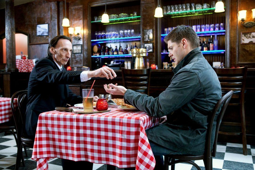 Dean (Jensen Ackles, r.) und Crowley fahren nach Chicago, weil Luzifer dort sein Unwesen treibt. Der hat jedoch nicht mit den eigenen Plänen des Tod... - Bildquelle: Warner Brothers
