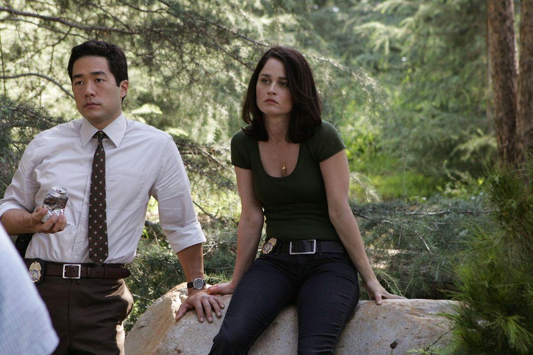 Ermitteln in einem neuen Fall: Kimball Cho (Tim Kang, l.) und Teresa Lisbon (Robin Tunney, r.) ... - Bildquelle: Warner Bros. Television