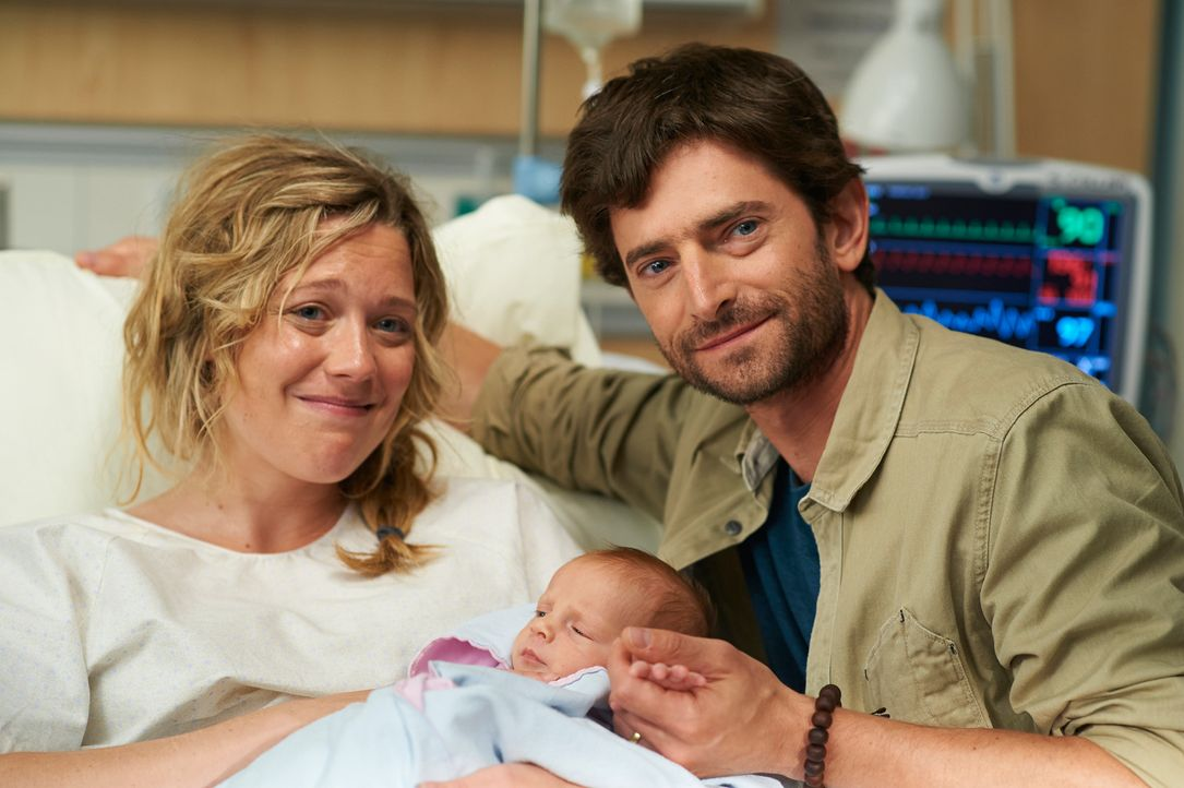 Sarah (Kate Hewlett, l.) und ihr Ehemann (Jordan Pettle, r.) können ihr Glück kaum fassen ... - Bildquelle: 2012  Hope Zee One Inc.
