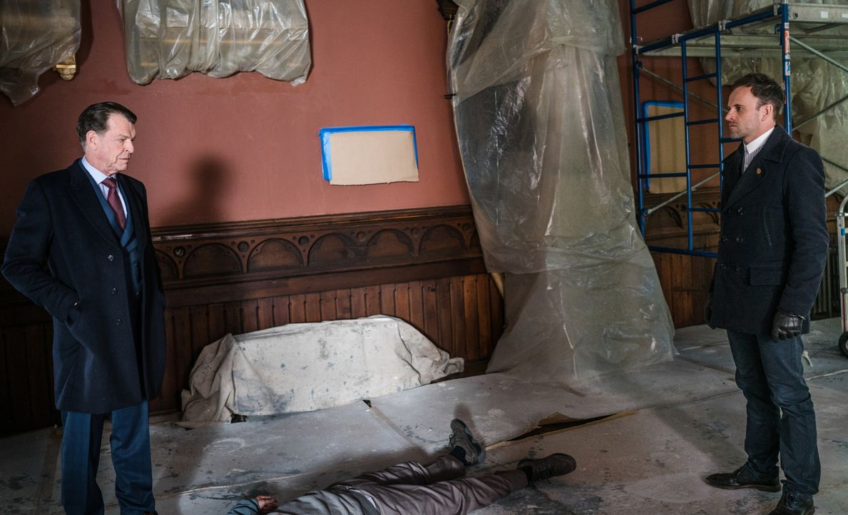Morland Holmes (John Noble, l.) glaubt, dass der Mann, der die Bombe in seinem Büro deponierte, auch seinen Sohn Sherlock (Jonny Lee Miller, r.) töt... - Bildquelle: Michael Parmelee 2016 CBS Broadcasting Inc. All Rights Reserved.