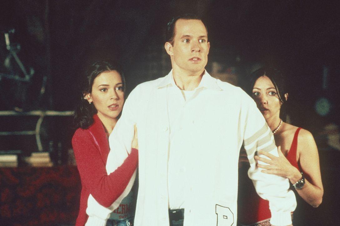 Billy (Chris Payne Gilbert, M.) steht plötzlich zwischen Phoebe (Alyssa Milano, l.) und Prue (Shannen Doherty, r.) ... - Bildquelle: Paramount Pictures