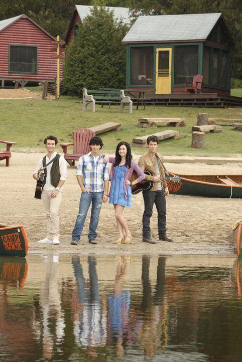 """Kaum im Musik-Camp """"Camp Rock"""" angekommen, müssen (v.l.n.r.) Jason (Kevin Jonas), Shane (Joe Jonas), Mitchie (Demi Lovato) und Nate (Nick Jonas) fe... - Bildquelle: Disney"""