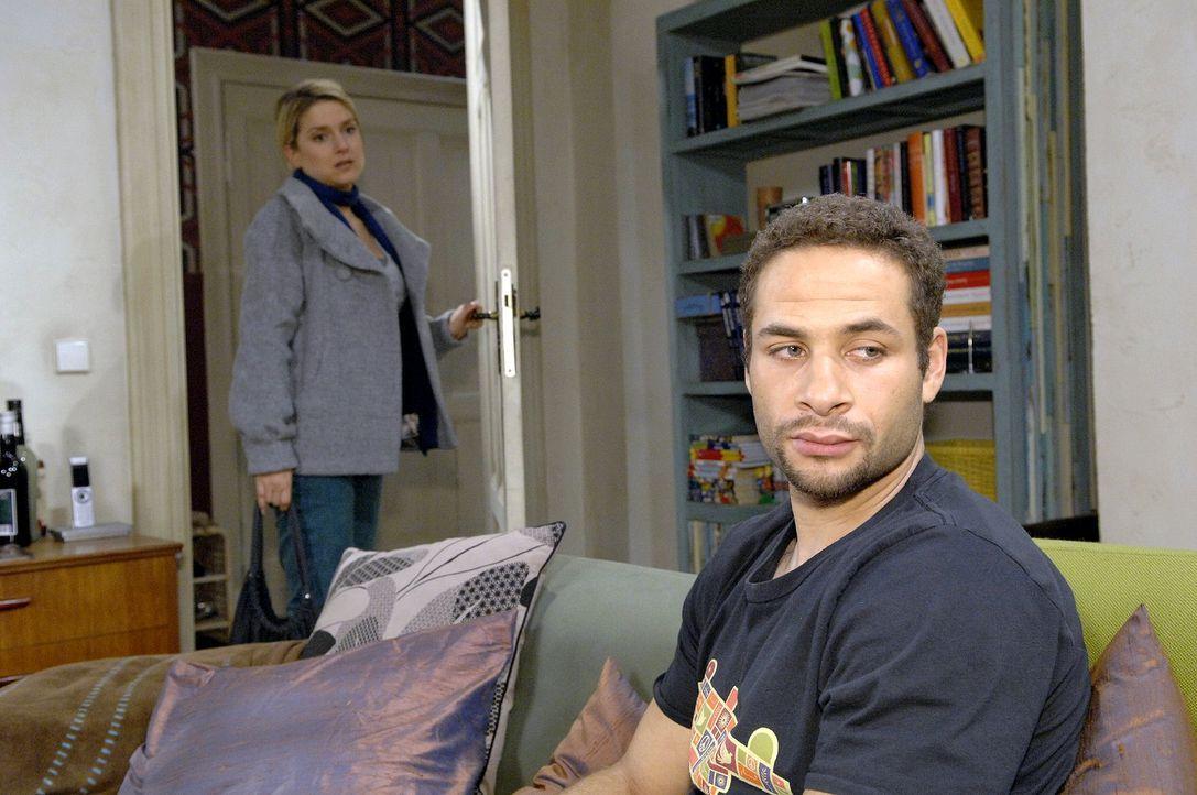 Jannick (Mike Adler, vorne) muss Annas (Jeanette Biedermann, hinten) Geständnis erst einmal verdauen. - Bildquelle: Claudius Pflug Sat.1