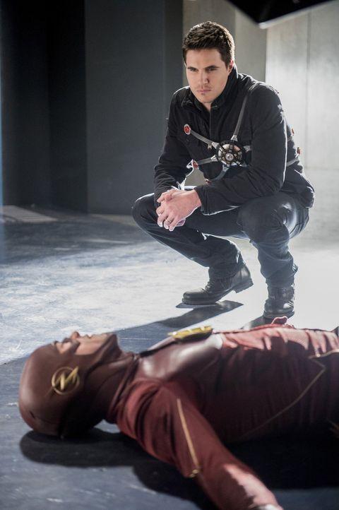 Barry alias The Flash (Grant Gustin, vorne) will sich auch von Ronnie (Robbie Amell, hinten) nicht aufhalten lassen, Wally aus seinem Gefängnis in d... - Bildquelle: 2016 Warner Bros.