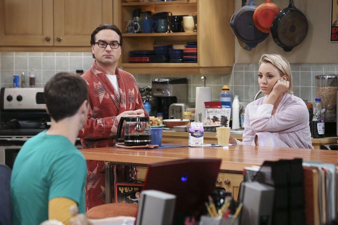 Während Sheldon (Jim Parsons, l.) eine neue Freundin sucht, spionieren Penny (Kaley Cuoco, r.) und Leonard (Johnny Galecki, M.) Amy hinterher, die e... - Bildquelle: 2015 Warner Brothers