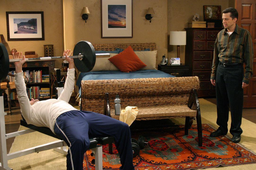 Charlie  (Charlie Sheen, l.) versucht seinen Bruder Alan (Jon Cryer, r.) von einer Dummheit  zu bewahren ... - Bildquelle: Warner Bros. Television