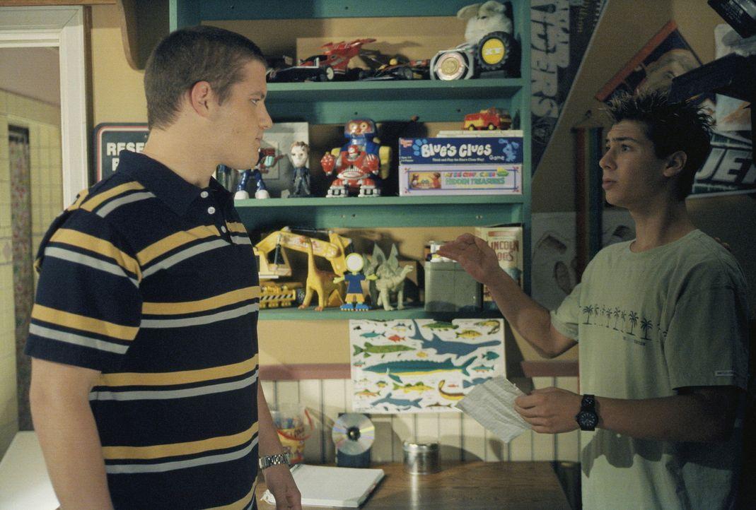 Reese (Justin Berfield, r.) bekommt gleich gewaltigen Ärger mit einem Jungen (Jonny Acker, l.) von der High School, aber er weiß auch wieso ... - Bildquelle: TM +   2000 Twentieth Century Fox Film Corporation. All Rights Reserved.