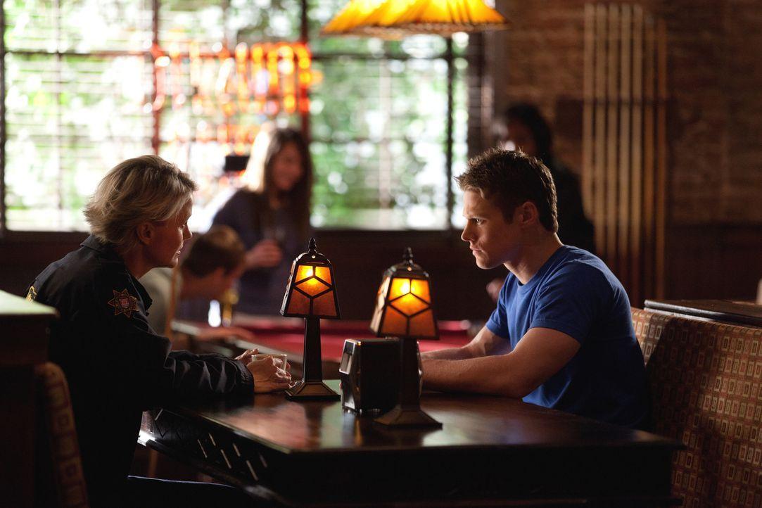 Sheriff Forbes (Marguerite MacIntyre, l.) warnt Matt (Zach Roerig, r.) eindringlich davor, weiterhin Kontakt zu Caroline zu haben ... - Bildquelle: Warner Brothers