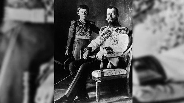 Zar Nikolaus II. mit seinem Sohn Alexej