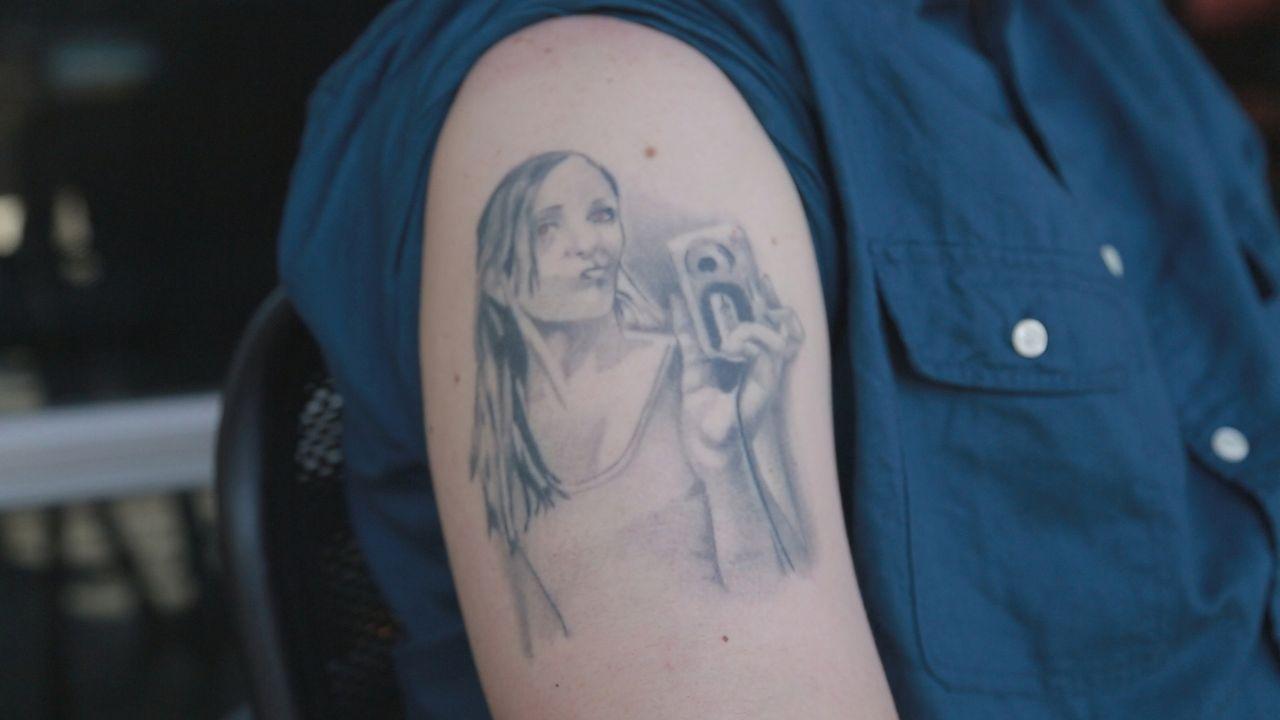 Das Portrait seiner Ex-Freundin auf den Arm sorgt  bei John für Ärger mit seiner neuen Freundin ... - Bildquelle: 2013 A+E Networks, LLC
