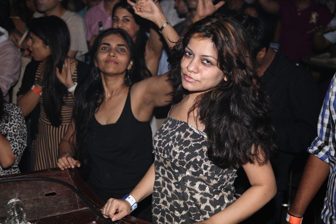 Clubbing in Mumbai kann lebensgefährlich sein: Die Reporter Jenny und Alex erfahren, dass einige Polizisten plötzlich veraltete Gesetze wieder aufle... - Bildquelle: Quicksilver Media 2012