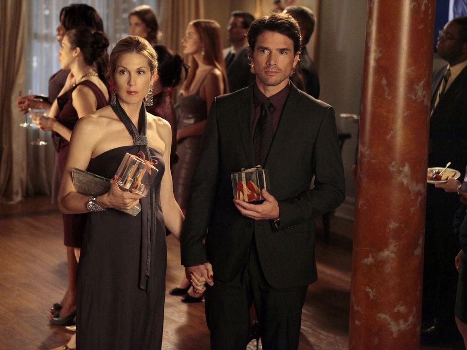 Sind zu Blairs Geburtstagsparty eingeladen: Lily (Kelly Rutherford, l.) und Rufus (Matthew Settle, r.) ... - Bildquelle: Warner Bros. Television
