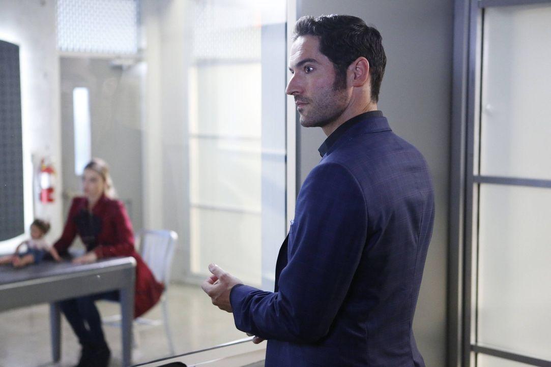Nachdem seine Mutter den Weg zu ihm gefunden hat, muss Lucifer (Tom Ellis) entscheiden, was er mit ihr macht und, ob er ihr überhaupt trauen kann ... - Bildquelle: 2016 Warner Brothers