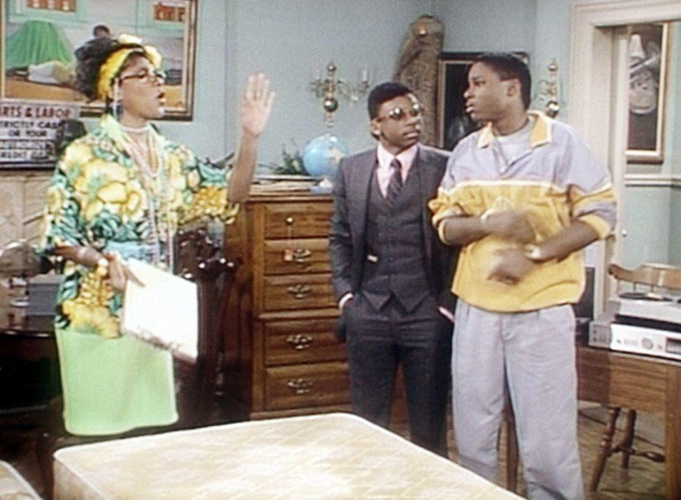 Clair (Phylicia Rashad, l.) zeigt ihrem Sohn Theo (Malcolm-Jamal Warner, r.) und dessen Freund Cockroach (Carl Payne, M.), wie schwer es ist, ohne G... - Bildquelle: Viacom