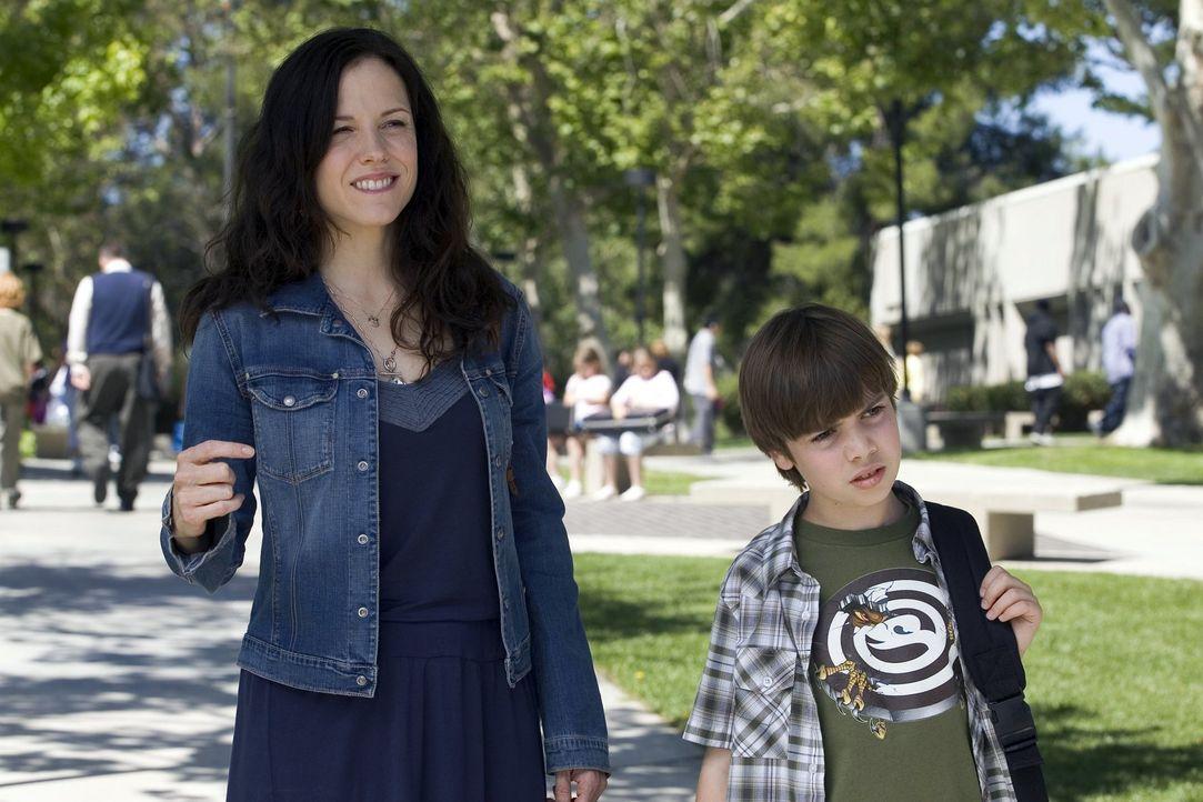 """Weil Nancy (Mary-Louise Parker, l.) sich weigerte, Shane (Alexander Gould, r.) seine """"Drogen"""" zu geben, legt er ein Feuer in der Schule... - Bildquelle: Lions Gate Television"""