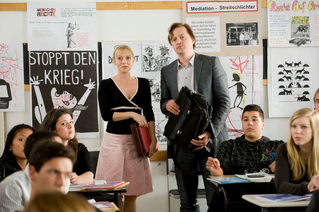 Stellen einen neuen Lehrer vor: Schulleiterin Sabine Mehrbusch (Dana Golombek, l.) und ihr Stellvertreter Daniel Löbel (Patrick von Blume, r.) ... - Bildquelle: Gordon Mühle Sat.1