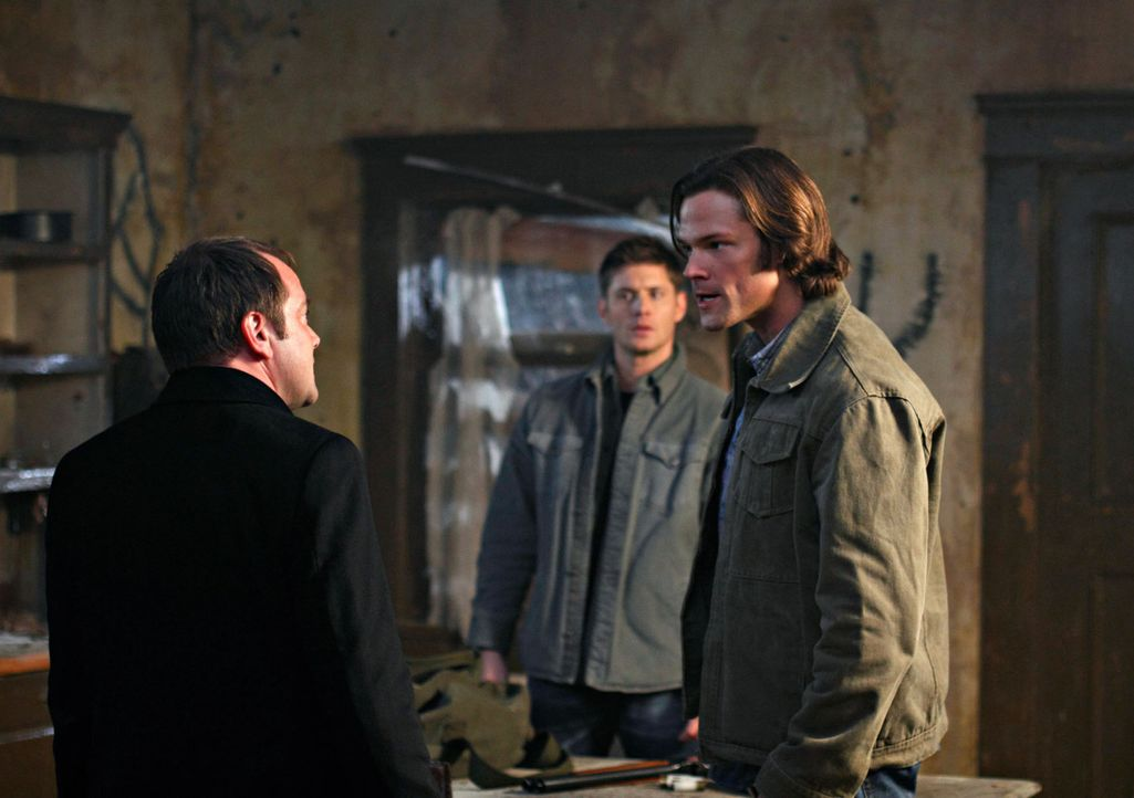 Sam (Jared Padalecki, r.) und Dean (Jensen Ackles, M.) bekommen von Crowley (Mark Sheppard, l.) Hilfe angeboten, um die Pest zu finden und so in den... - Bildquelle: Warner Brothers