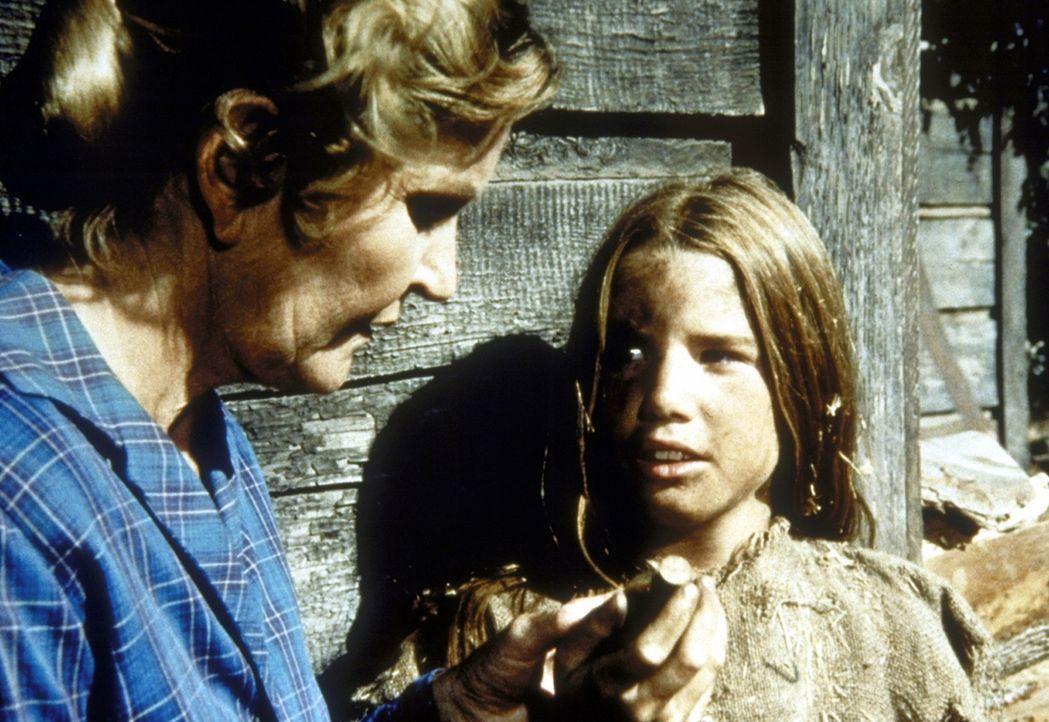 Mrs. Hillstorm (Eve McVeagh, l.) blickt skeptisch auf Lauras (Melissa Gilbert, r.) Medizin. - Bildquelle: Worldvision