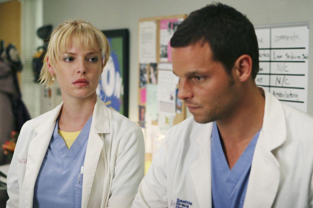 Alex (Justin Chambers, r.) hat Angst seine Prüfung nicht bestanden zu haben und bittet Izzie (Katherine Heigl, l.) den Umschlag zu öffnen ... - Bildquelle: Touchstone Television
