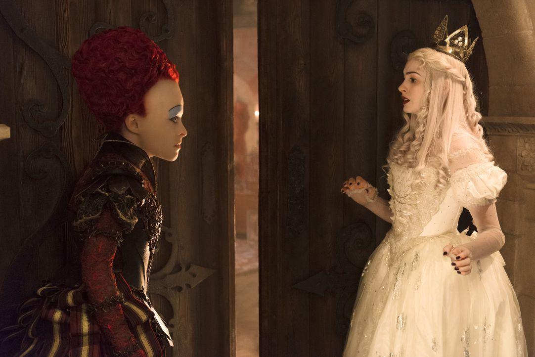 Die Rote Königin Iracebeth (Helena Bonham Carter, l.); Die Weiße Königin (Anne Hathaway, r.) - Bildquelle: Peter Mountain Disney Enterprises, Inc. All Rights Reserved.