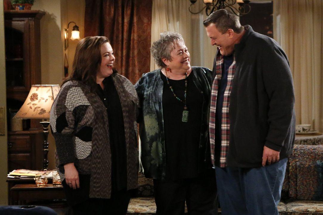 Die herzliche Kay (Kathy Bates, M.) kommt bei allen gut an, und auch Molly (Melissa McCarthy, l.) und Mike (Billy Gardell, r.) sind begeistert von i... - Bildquelle: Warner Brothers