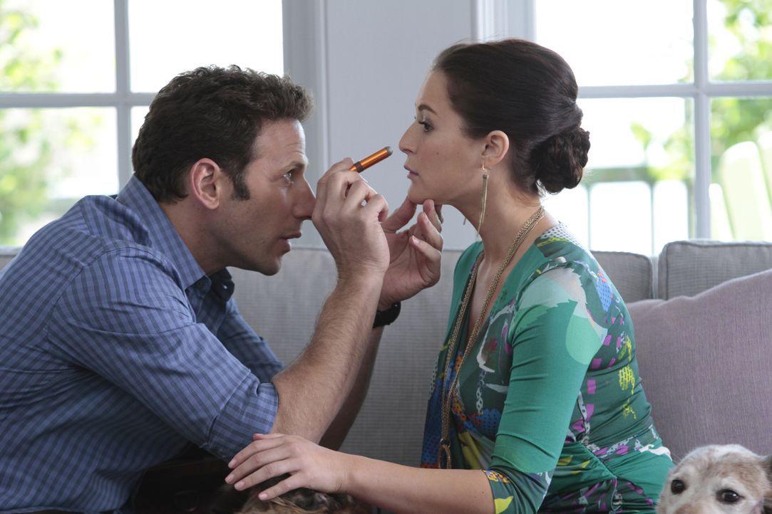 (v.l.n.r.) Hank Lawson (Mark Feuerstein); Hollister (Alexa Vega) - Bildquelle: Giovanni Rufino 2012 USA Network Media, LLC/Giovanni Rufino