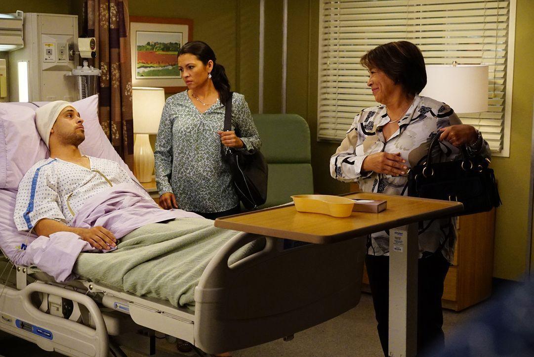 Während Meredith Amelia Vorwürfe macht, gerät Stephanie mit Klyes (Wilmer Valderrama, l.) Mutter Socorro (Alma Martinez, r.) und Schwester Ally (Eri... - Bildquelle: Richard Cartwright ABC Studios