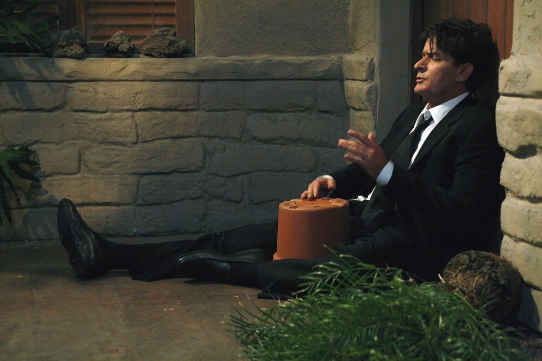 Hat eine falsche Pille erwischt: Charlie (Charlie Sheen) ... - Bildquelle: Warner Brothers Entertainment Inc.