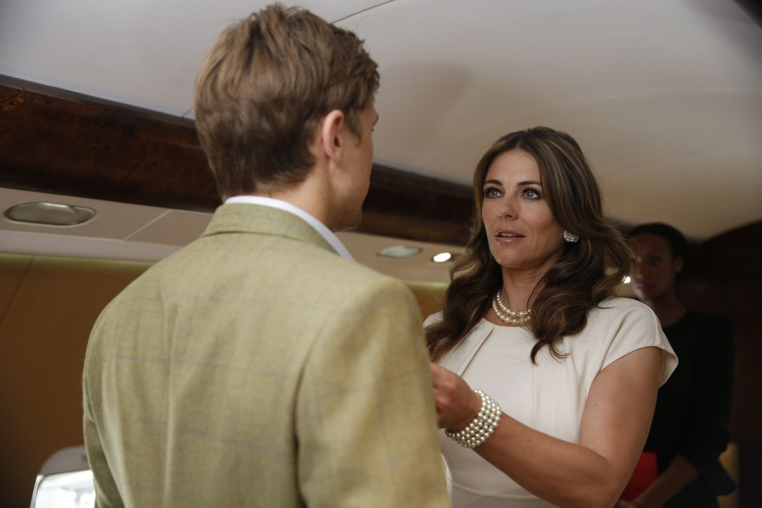 Gemeinsam begeben sich Königin Helena (Elizabeth Hurley, r.) und Prinz Liam (William Moseley, r.) auf eine PR-Reise durch England. Doch Königin Hele... - Bildquelle: Tim Whitby 2014 E! Entertainment Media LLC/Lions Gate Television Inc.