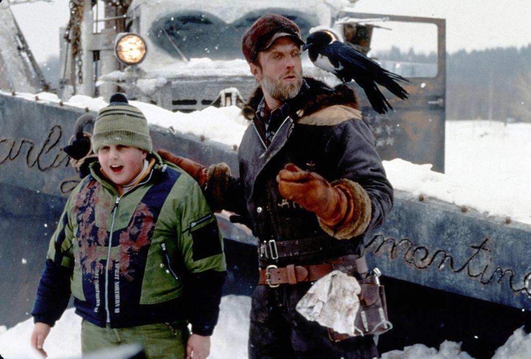 Der kleine Wayne (Josh Peck, l.) gerät in die Hände des ekelhaften Schneepflugfahrers (Chris Elliott, r.) ... - Bildquelle: TM, ® &   2017 by Paramount Pictures. All Rights Reserved.