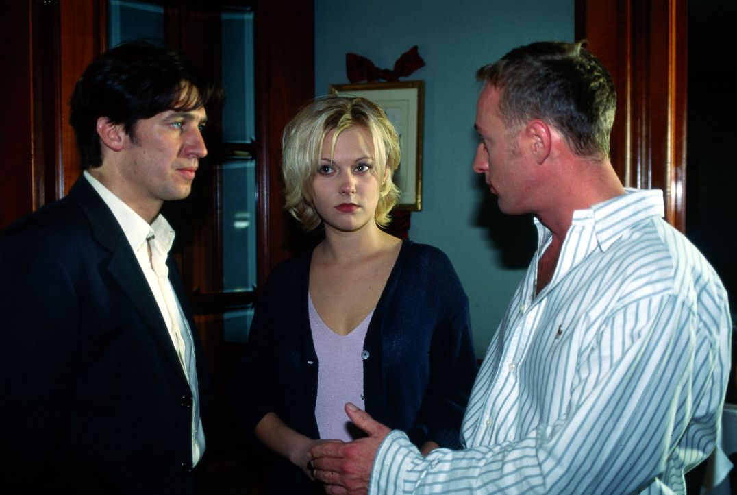 Kommissar Moser (Tobias Moretti, l.) informiert den Starkoch Mick Konrad (Wilfried Hochholdinger, r.) und dessen Frau Liz (Eva Haßmann, M.) über die... - Bildquelle: Ali Schafler Sat.1