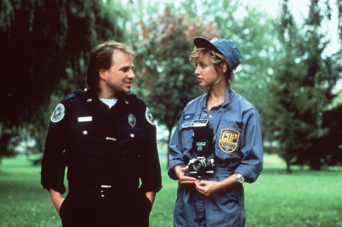 Zed (Bobcat Goldthwait, l.) erhält von Laura (Corinne Bohrer, r.) den nötigen Zuspruch ... - Bildquelle: Warner Bros.